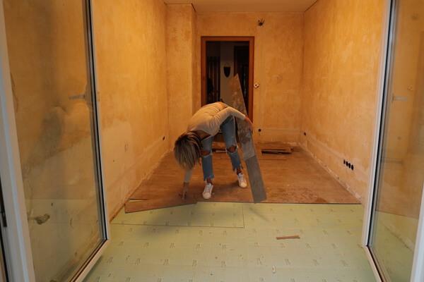Bevor der Kalkmarmorputz aufgetragen werden kann, muss der alte Fußboden raus