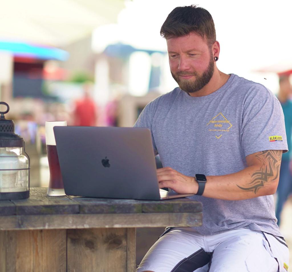 Andy Hansen (Maler aus Husum) am Computer