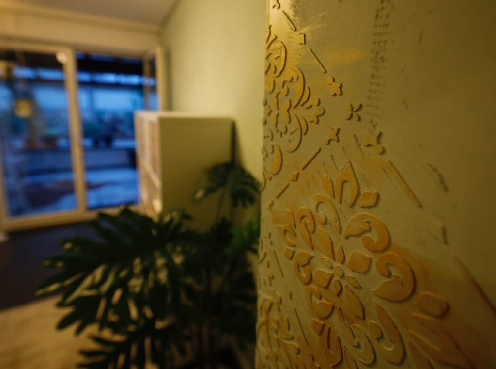 fugenlose Wand mit Wandverzierungen